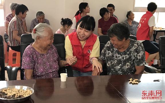 厦门集美:大学生志愿者到黄地村 为60岁以上老人送去服务