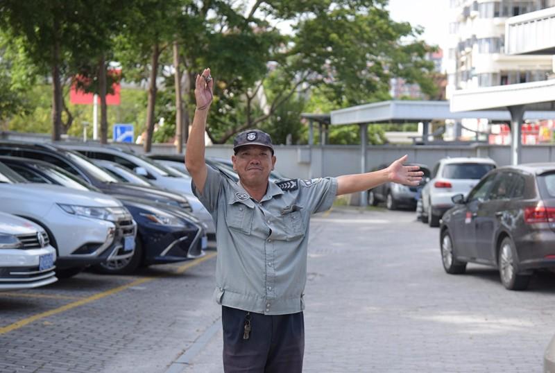 区政府临时停车场保安周仁贵(林志杰摄影)-5.jpg