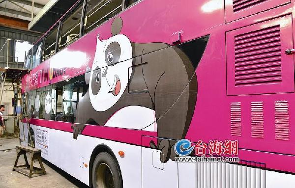设计 熊猫巴斯来厦找朋友   其实,还有一只大熊猫来过厦门。   今年8月,休闲旅游博览会在厦门会展中心举办,境内外旅行机构大咖云集,明星熊猫人偶欧巴斯也来到会场,想要在厦门交朋友。   欧巴斯卡通形象,是大熊猫巴斯的代言人。巴斯可谓鼎鼎大名,它是北京亚运会熊猫盼盼的原型,在位于福州的海峡大熊猫研究交流中心住了31年,今年11月份将满35岁(相当于人类百岁以上)。   今年5月,欧巴斯(OBASI)卡通形象诞生,给巴斯寻找35万朋友庆祝生日,目的在于呼吁全社会关爱大熊